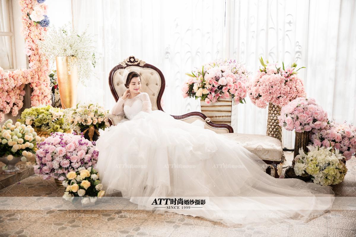 古装婚纱照是现代流行的婚纱照风格之一,古装婚纱照主要以传统的古装服饰和建筑背景为主要特色,下面石家庄婚纱照ATT时尚的小编分享古装婚纱照的拍摄注意事项。    服装   服装是古代婚纱照最具代表性的特征之一。古装婚纱照有唐装,汉服,清装等等。以唐装为例,最常见的唐装婚纱照造型是新娘弹古筝表现古代生活场景的婚纱照。当然也有以古代建筑为背景的婚纱照,显得大气磅礴,颇有华夏繁华时期盛世的气势。   背景   古装婚纱照最常见的是以传统的古代建筑为主。以北京为例,以北京天坛为背景的古装婚纱照,风格大气磅礴,不
